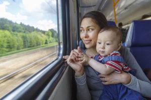 Voyager en train avec bébé : un moyen de transport agréable