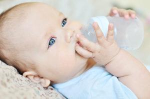 bébé qui boit au biberon
