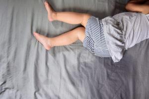 Il faut utiliser des matières douces pour le lit de bébé