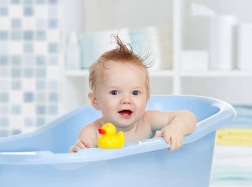 choisir la baignoire de bébé et la table à langer