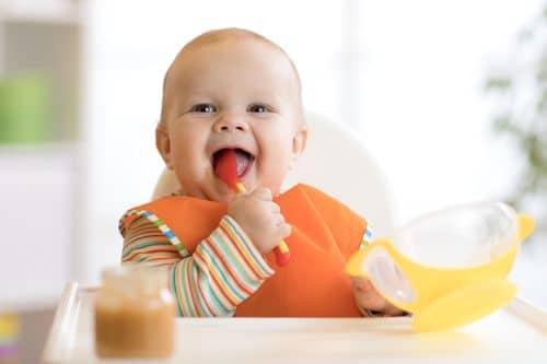 Faites le bon choix de la table haute et des autres accessoires de repas de votre bébé !