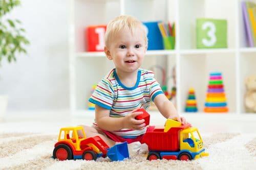 Enfant qui joue avec des jouets qui sont conformes aux normes de sécurité