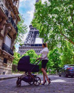 Cissy.dvl en promenade avec son bébé à Paris, au pied de la Tour Eiffel