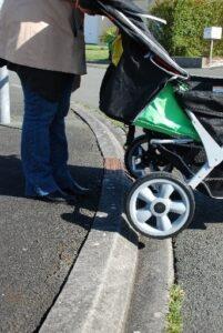 Monter un trottoir avec une poussette multiple, un problème ?
