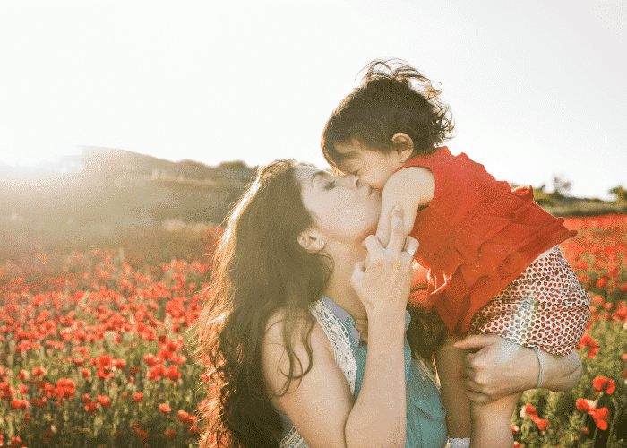 Les bisous et les câlins sont des gestes permettent de cultiver la relation parent-enfant