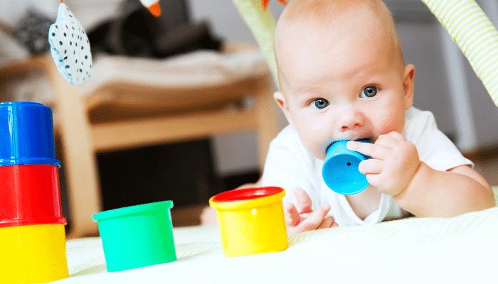 Bébé suit les objets en mouvement : L'acquisition de la permanence de l'objet