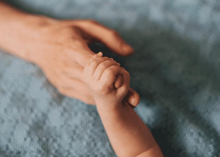 Bébé est capable d'ouvrir et de fermer les poings : Le développement du toucher et la découverte du réflexe de « Grasping »