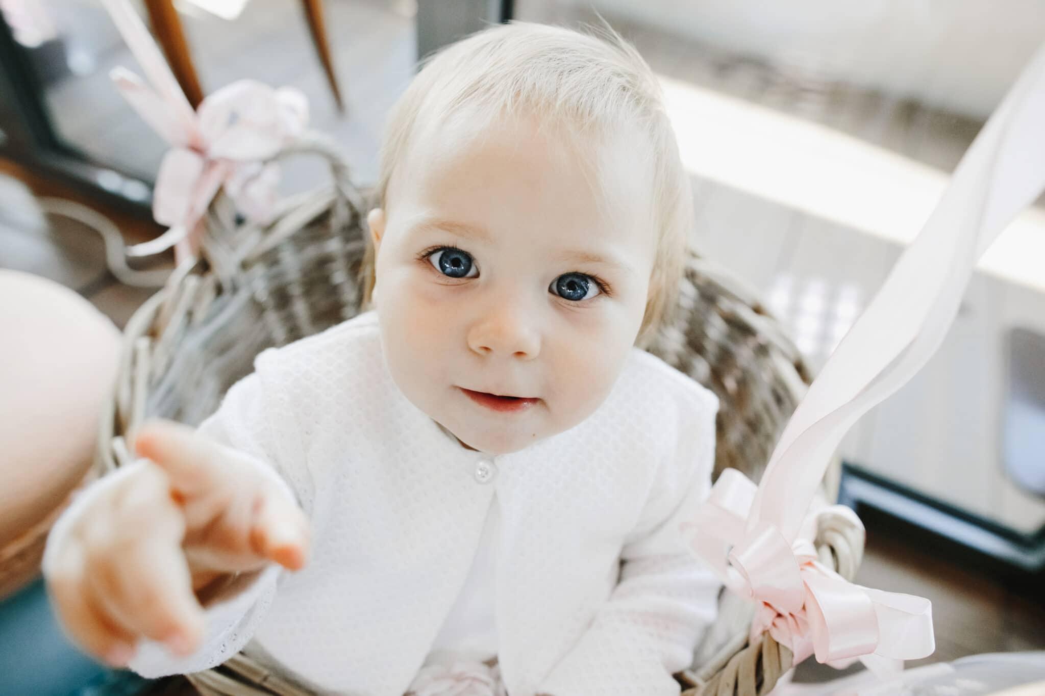bébé pointe doigt