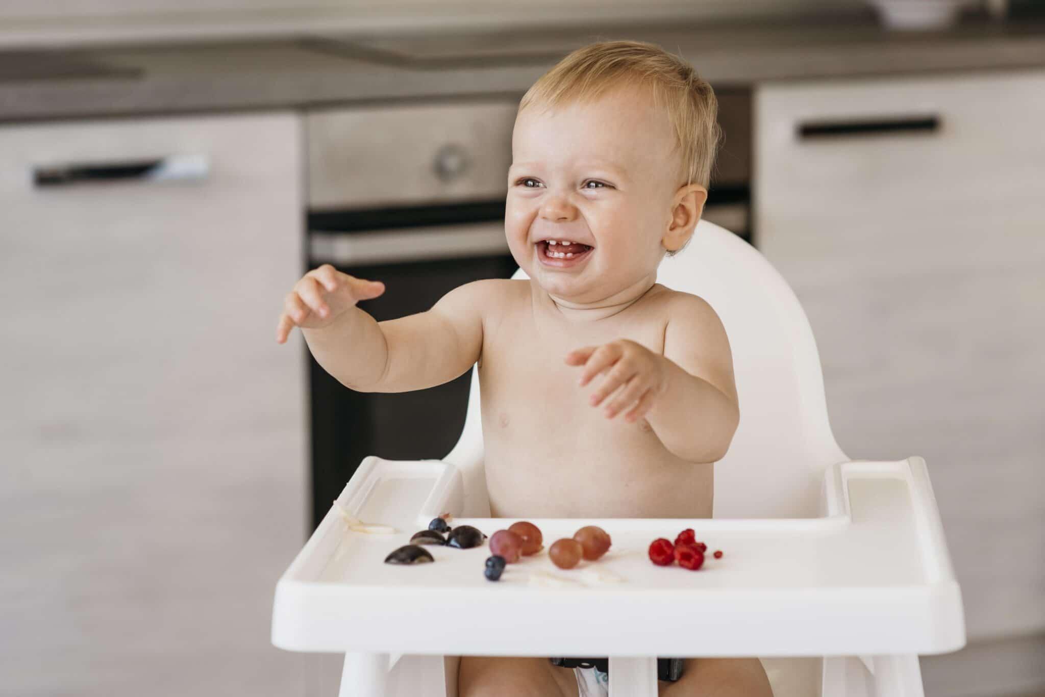 enfants jouer nourriture