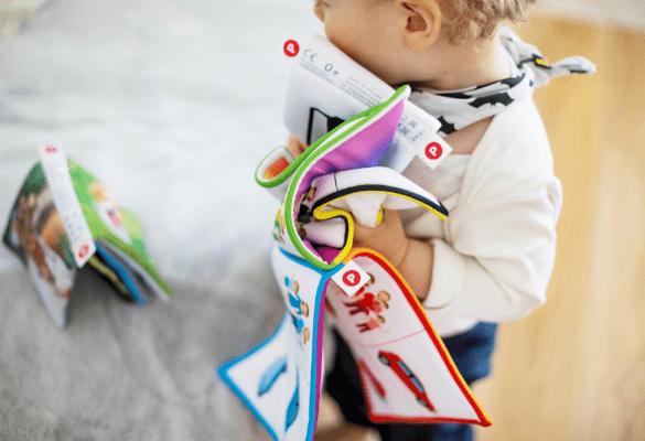 Lire un livre à bébé